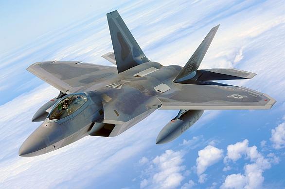 Foto: F-22A Raptor s dvojicí přídavných nádrží; větší foto / U.S. Air Force