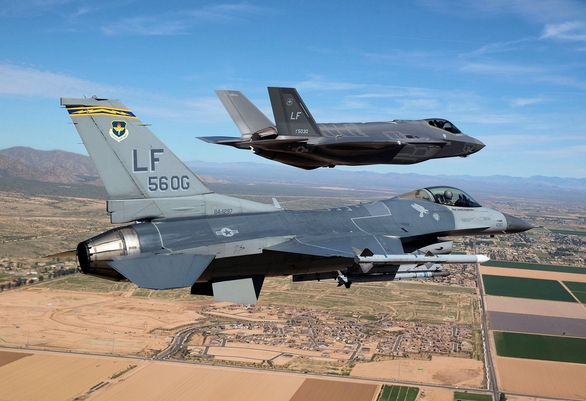 Foto: F-35A Lightning II a F-16C Fighting Falcon; větší foto / U.S. Air Force