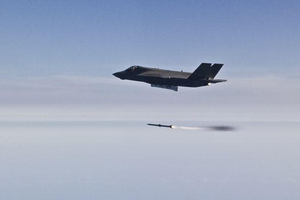 Foto: F-35A Lightning II odpaluje střelu dlouhého dosahu AIM-120 AMRAAM. Taktika nasazení F-35 Lightning II počítá s vedením operací vzduch-vzduch na dlouhou vzdálenost za použití zbraní dlouhého dosahu; větší foto / U.S. Air Force