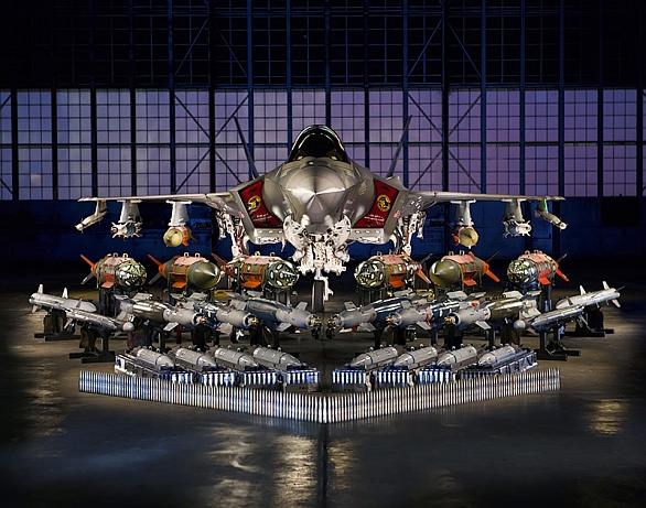Foto: F-35A s ukázkou testované výzbroje. Ve vnitřních zbraňových šachtách F-35 unese 1360 kg výzbroje. Ve vnitřních zbraňových šachtách a na pylonech pod křídly pak F-35 unese 8 100 kg výzbroje. / Lockheed Martin