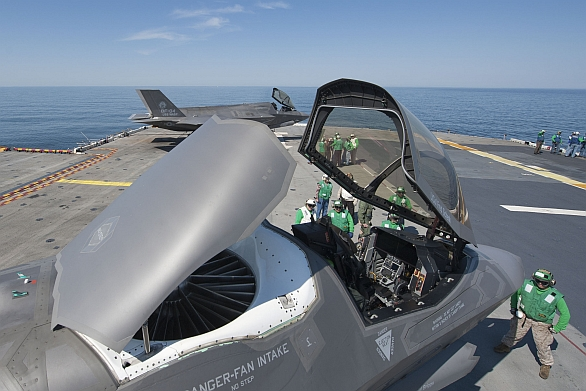 Foto: Verzi F-35B Lightning II s krátkým vzletem a krátkým přistáním STOVL (ShortTake-Off and Vertical Landing) trápí strukturální problémy s některými díly; větší foto / U.S. Marine Corps