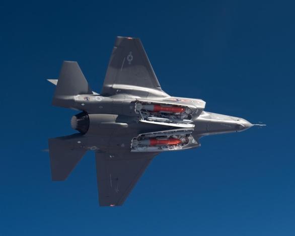 Foto: Klamání tělem. F-35 je především určen k úderům na pozemní cíle. Na fotografii dvojice pum JDAM a dvojcie střel vzduch-vzduch AMRAAM; větší foto / Lockheed Martin