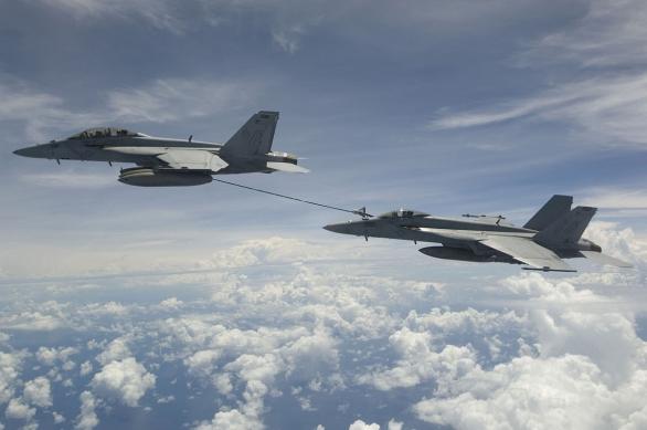 Foto: F/A-18E/F Super Hornet poskytuje palivo další F/A-18; větší foto / Public domain