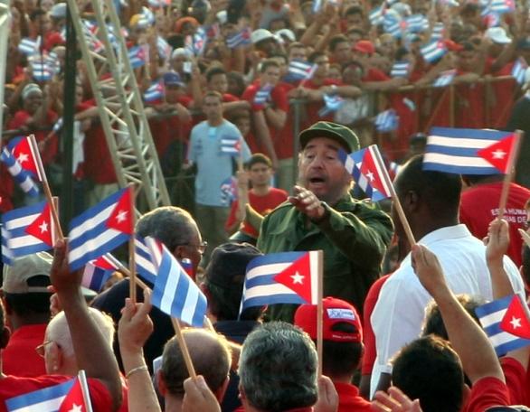 Foto: Fidel Castro se zdraví s davem (2005) / Public Domain