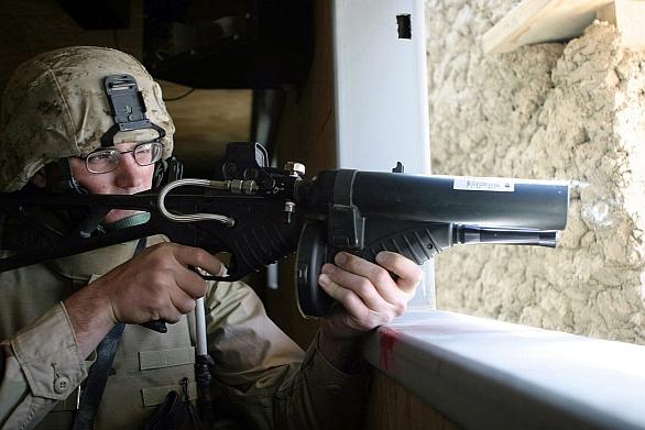 Foto: Americký voják s nesmrtící zbraní FN 303 při cvičení; větší foto / Public Domain