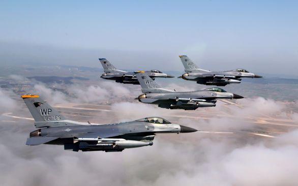 Foto: Formace stíhaček F-16; ilustrační foto; větší foto / Public Doamin