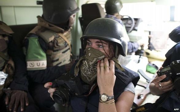 001 / Šestadvacetiletá fotografka zasvětila svůj krátký život konfliktním místům, což se jí stalo osudným.  Zdroj Al-Džazíra: