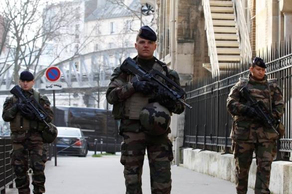 Foto: Francouzští vojáci hlídkují v Paříží. / Armée française