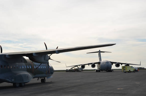 Foto 8:Transportní letoun C-295 CASA (vlevo) a Boeing C-17 Globemaster (vpravo) na ploše pro odbavení letounů v Keflavíku