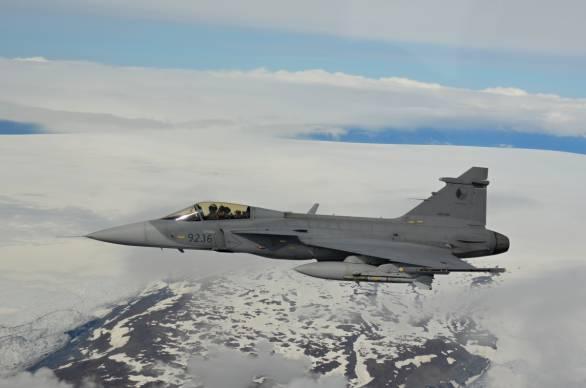 Foto: První letošní cvičný let JAS-39 Gripen nad Islandem; větší foto / © npor./1st LT Ivo Kardoš, 21. zTL / 21st TAFB, 27.7.2015