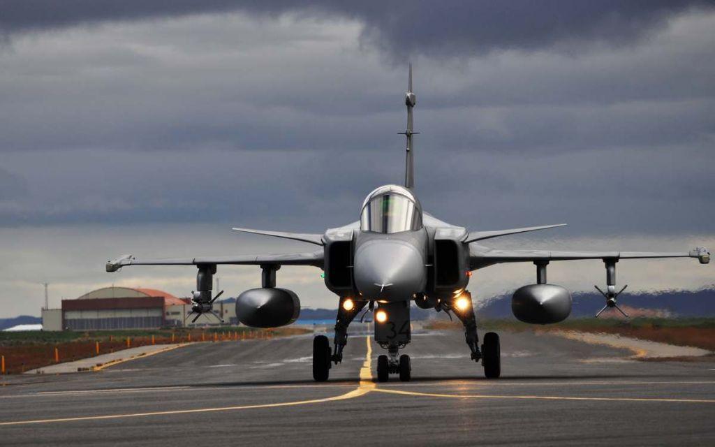 Foto: Česká stíhačka JAS-39 Gripen na Islandu; větší foto / 21. zTL