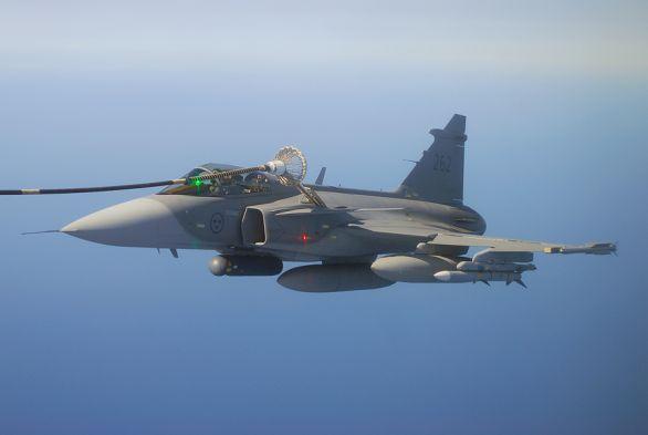 Foto: Švédský Gripen se zaměřovacím pouzdrem Litening (na středovém závěsníku v popředí). /  Saab