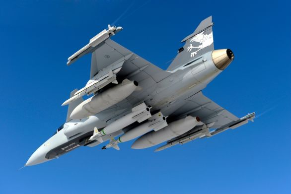 Foto: Gripen NG s dvojicí pum Paveway. / Saab