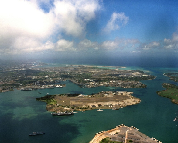 Foto: Pohled na Pearl Harbor. Ostrov Ford se nalézá uprostřed. / Public domain