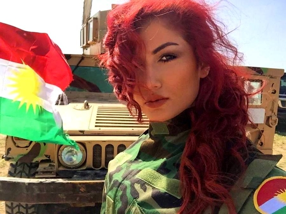 Foto: Zpěvačka v uniformě iráckých Kurdů / Helly Luv