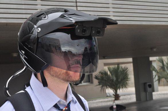 Foto: Přilba SGRX ze španělské Granada University poskytuje svému uživateli zážitek rozšířené reality. Přilba je určena pro zábavní průmysl. Klíčové součásti a princip fungování je však podobný, jak u projektu AITT. / Granada University