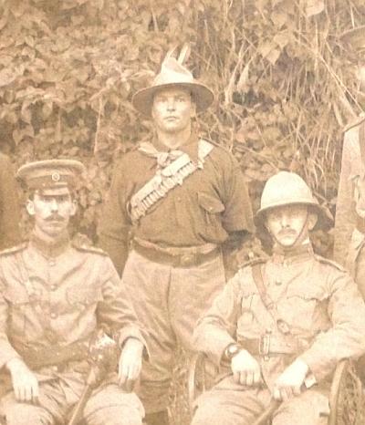 Fotografie z roku 1901, na níž má generál major Baden Powell (vpravo) na ruce náramkové hodinky – více na Watchuseek.