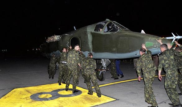 """Foto: """"Nové"""" irácké Su-25 dopravili do Iráku ruští vojáci. / Reuters"""