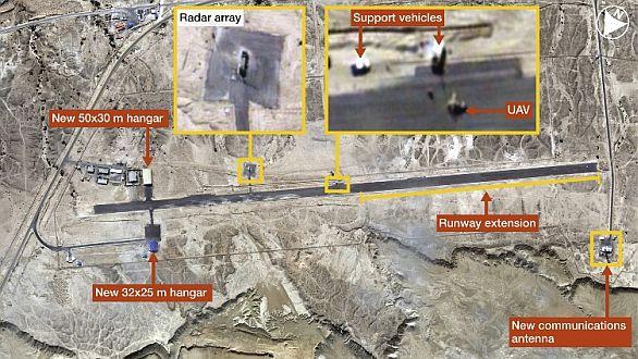 Foto: Satelitní snímek ukazuje malé bezpilotní letadlo na íránském letišti na ostrově Kešm / DigitalGlobe/IHS
