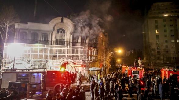 Dav protestujících pronikl o sobotní noci na ambasádu a začal zde zapalovat ohně.