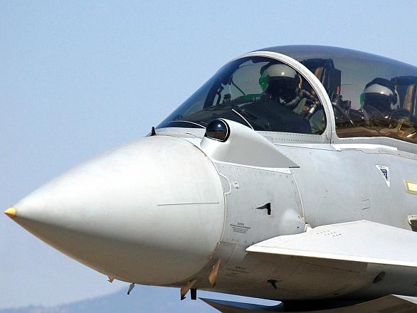 Foto: Infračervené kulové čidlo PIRATE (Passive InfraRed Airborne Track Equipment) od firmy Selex SE na letounu Eurofighter Typhon, větší foto / Public Domain
