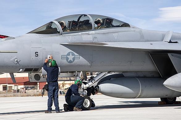 Foto: Infračervené čidlo IRST21 na hrotu střední přídavné nádrže umístěné pod letounem F/A-18E/F Super Hornet; větší foto / U.S. Navy