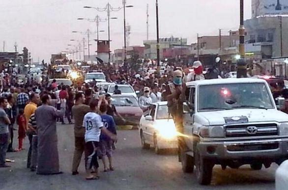 Foto: Ozbrojenci ISIL při své spanilé jízdě Mosulem. / ČTK