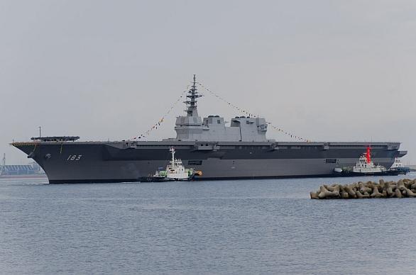 Foto:  JS Izumo je největší lodí  JMSDF. Kromě vrtulníků mohou z paluby lodě operovat i letadla s krátkým vzletem a kolmým přistáním, jako např F-35B Lightning II.  /Dragoner JP, CC BY-SA 3.0
