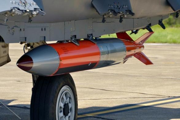 Foto: Jaderná bomba B61 pod letounem F-15; větší foto; ilustrační foto / Public domain