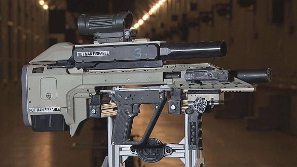 Foto: Prototyp nové zbraně upevněný na testovací stolici; větší foto / DRDC