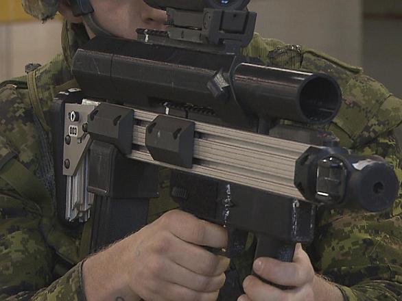 Foto: Granátomet je umístěn nad puškovou hlavní. / DRDC