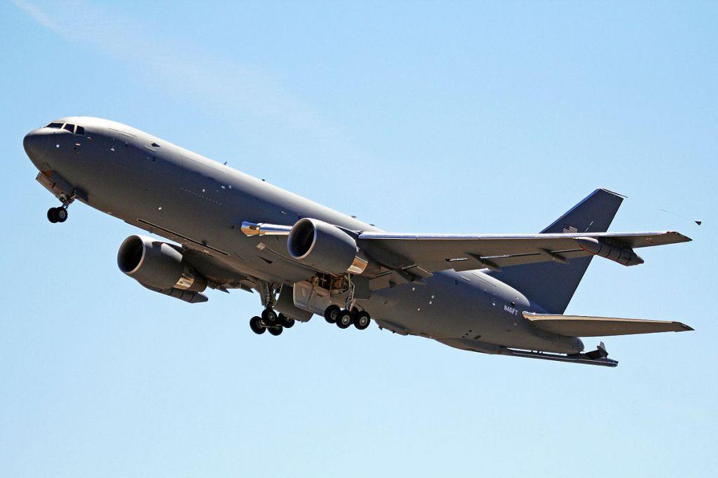Foto: Prototyp letadla KC-46 Pegasus při svém prvním letu v roce 2014; větší foto / Ken Fielding;CC BY-SA 3.0