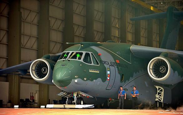 Foto: První slavnostní roll-out letounu KC-390. / Ministério da Defesa -