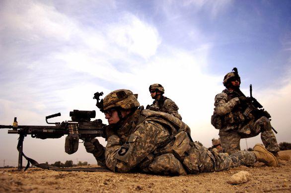 voják s kevlarovou přilbou MICH/ACH