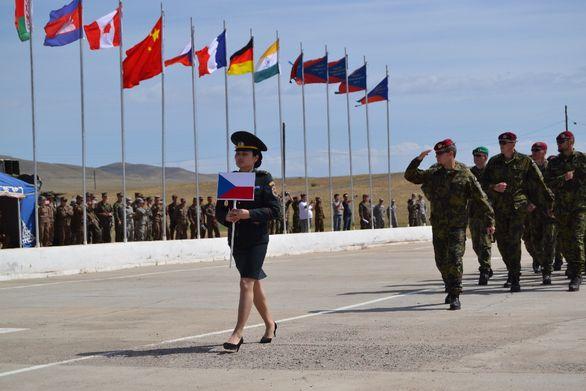 Foto: Čeští vojáci potkají na cvičení kolegy ze všech koutů Země. /