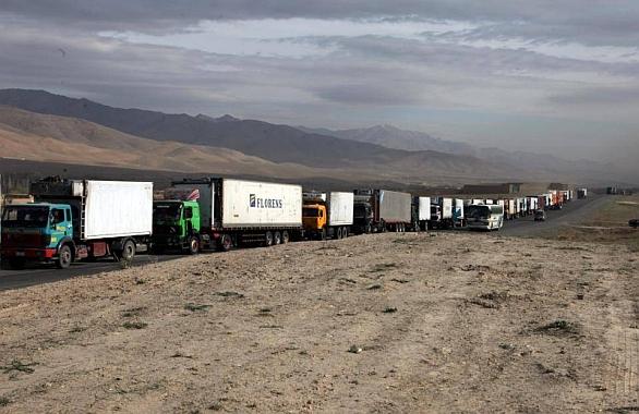 Kolona vozidel v Afghánistánu.