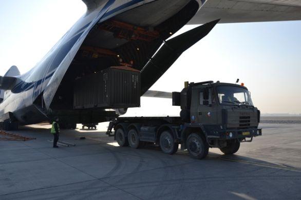 Foto: Nakládaní českého armádního kontejneru z nosiče kontejneru do nákladního letadla AN-124-100 společnosti Volga-Dňepr. / Ministerstvo obrany ČR