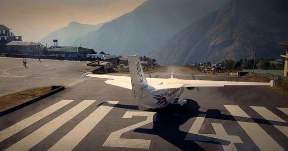Foto: L-410 se připravuje ke stratu z letiště Lukla. / YouTube