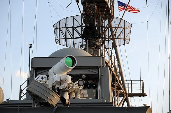 Foto: Laser LaWS umístěný na lodi USS Ponce; větší foto / U.S. Navy