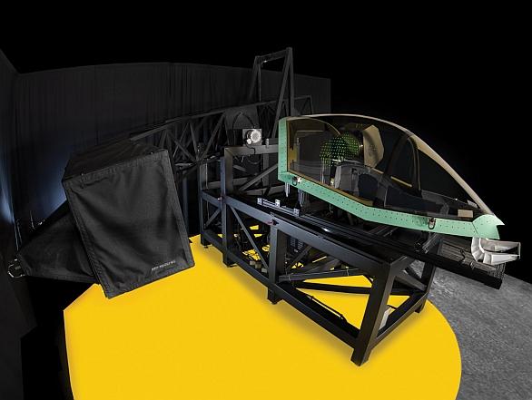 Foto: Překryt kabiny F-35 je nefalšována věda. Rám překrytu bude vyráběn na 3D tiskárně. Na obrázku se testují optické vlastnosti překrytu. / Lockheed Martin