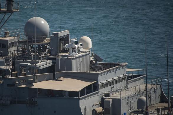 Foto: Laserové dělo o výkonu 30 kW LaWS (Laser Weapons System) na lodi USS Pance; větší foto / U.S. Navy