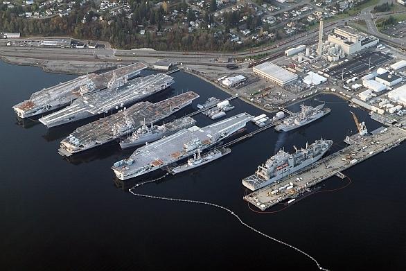 Foto: Vyřazené letadlové lodě ( zleva) Independence,Kitty Hawk,Constellation aRanger v přístavu a montážním zařízení PSNS & IMF (Puget Sound Naval Shipyard and Intermediate Maintenance Facility) umístěnou v zátoce Sinclar. / U.S. Navy
