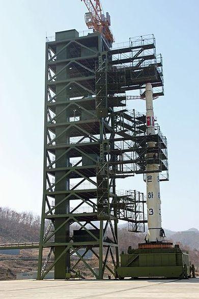 Kosmická raketa Unha na startovací rampě