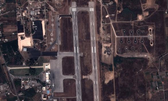 Foto: Satelitní snímek vojenského letiště u města Latakia. / AFP/ Getty Images