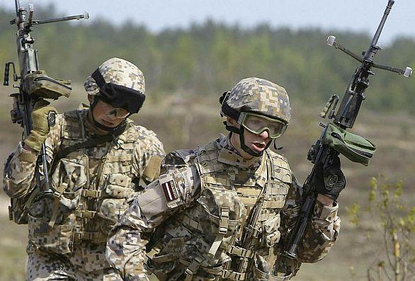Lotyšští kulometníci během přípravy na zahraniční misi