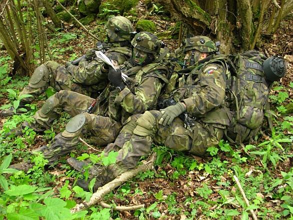 Foto  Čeští vojáci stále využívají maskovací vzor 95.   MO ČR f959834746