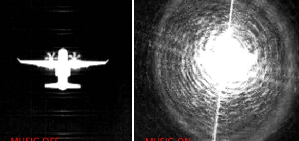 Foto: Letadlo C-295 bez zapnuté infračervené rušičky MUSIC a stejný letoun se zapnutou rušičkou. / Elbit Systems