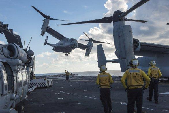 Foto: MV-22B americké námořní pěchoty startující z výsadkové lodi USS Makin Island (LHD-8); větší foto / Public Domain