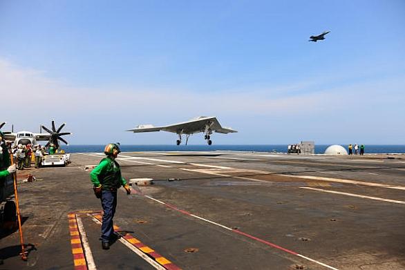 přistání X-47B