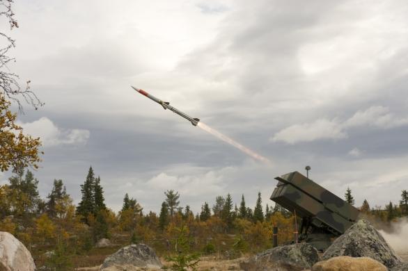 Foto: Odpal střely SL-AMRAAM (Surfaced Launched AMRAAM) ze systému NASMS; větší foto / Raytheon